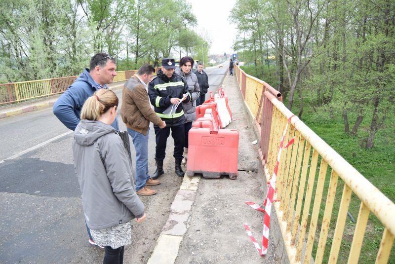 ATENȚIE ȘOFERI - Traficul pe Podul din Racovița, pe DN73D a fost limitat vehiculelor mai grele de 7,5 tone !