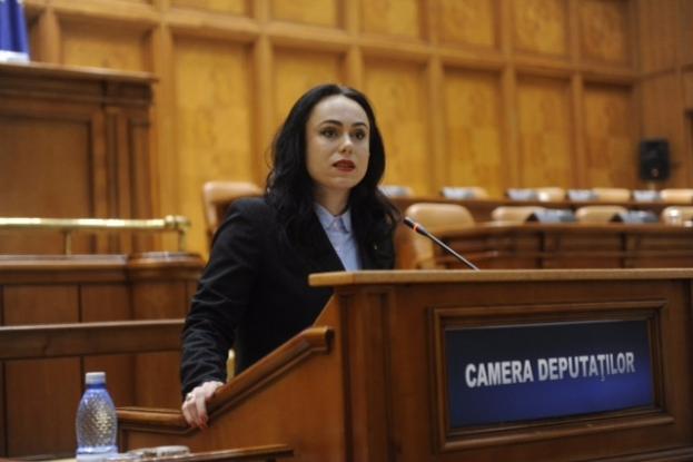 Simona Bucura Oprescu felicită voluntarii Crucii Roşii