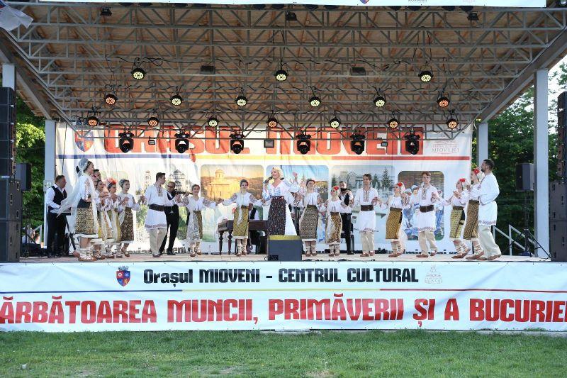 """Cântăreață """"îmbrăcată"""" în bani la Mioveni"""