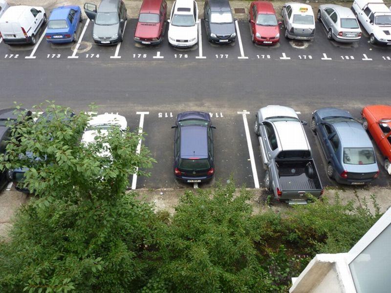 Locurile de parcare i-au învrăjbit pe locatari