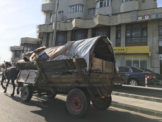 Cine ne scapă de căruţele de pe drumurile publice?