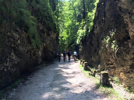 Drum turistic, modernizat la Dâmbovicioara