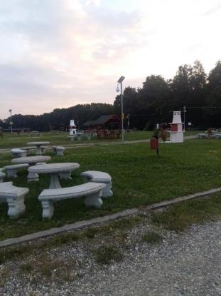 Mai multe grătare în zona de picnic din Mioveni
