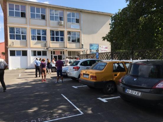 Curţile multor şcoli au devenit parcări