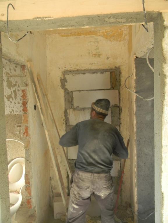 Pereţii sparţi şi bucătăriile mutate pe balcon, luate în vizor