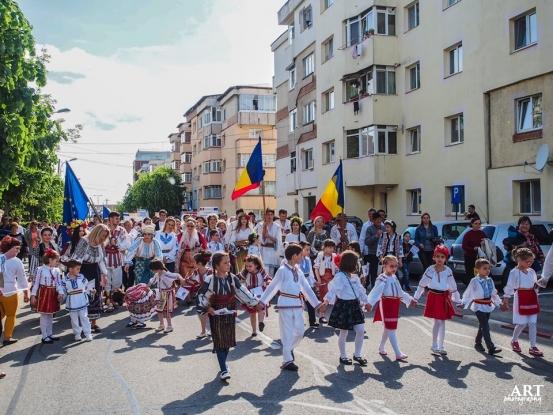 Mioveni: Parada portului popular, cu peste 3.000 de participanți din tot județul