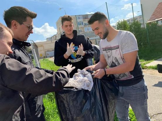 Elevii de la Liceul Iulia Zamfirescu din Mioveni, acţiune de ecologizare