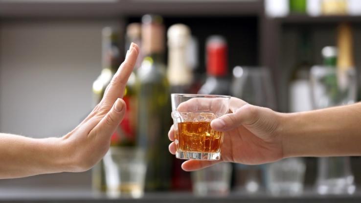 Vânzarea şi consumul de alcool în ziua alegerilor în preajma secţiilor de votare se lasă cu amendă