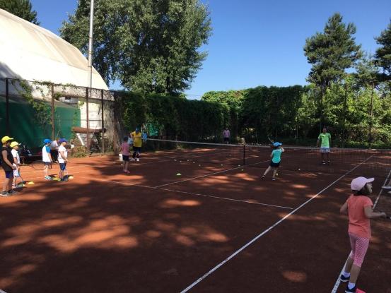 Tenisul de câmp, un sport nobil şi complet pentru cei mici şi cei mari
